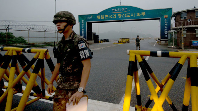 A South Korean soldier walks at a military checkpoint leading to North Korea's Kaesong joint industrial complex, in the border city of Paju early on July 10, 2013. (AFP Photo/Ed Jones)